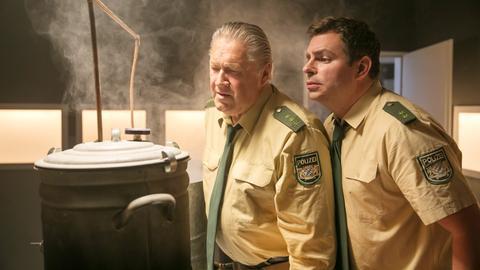 Girwidz (Micheal Brandner, l.) und Riedl (Paul Sedlmeir, r.) wollen Schnaps brennen.
