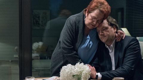 Andy (Charly Hübner) besucht seine Mutter Ingrid (Walfriede Schmitt)