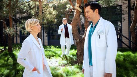 Dr. Globisch (Andrea Kathrin Loewig, li.) hat den Grund für Hans-Peter Brenners (Michael Trischan, mi.) herausgefunden. Sie bittet Dr. Brentano (Thomas Koch, re.) auf ihn aufzupassen und sich um ihn zu kümmern.