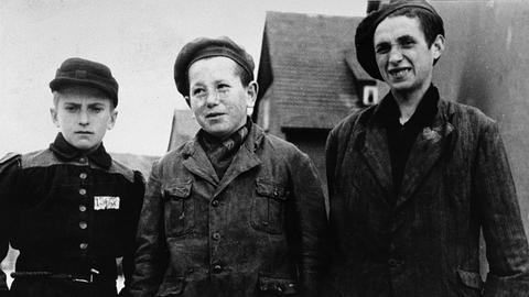 Beniek Ajnszydler (links) wurde als 12-jähriger Junge aus dem KZ Buchenwald befreit. Das Foto zeigt ihn wenige Tage nach der Ankunft der US-Armee.