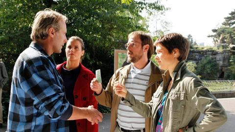 Bärbel Schmied (Meike Droste, r.) und Dietmar Schäffer (Bjarne Mädel, 2.v.r.) ermitteln auf eigene Faust im Zoo. Doch Tierpfleger Jens Petzold (Wolfram Koch, l.) will im Beisein von Reporterin Saskia (Eisabeth Baulitz, 2.v.l.) nicht so recht auspacken.
