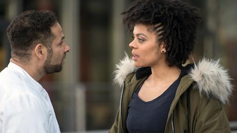 Aus Sorge um ihre Mutter ist Vivi (Jane Chirwa, r.) bereit, mit ihrem Bruder Matteo (Mike Adler, l.) bis aufs Blut zu streiten.