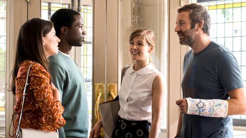 Louise (Rosamund Pike, 2. v. re.) und Tom (Chris O'Dowd, re.) treffen auf das befreundete Ehepaar Anna (Aisling Bea) und Giles (Sope Dirisu).