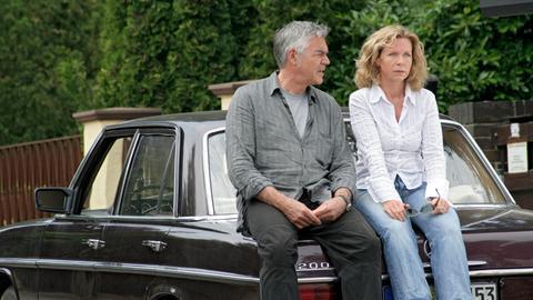 Nadja (Marion Kracht, r.) und Henry (Michael Greiling, l.) diskutieren die Ungereimtheiten im Fall Rauert.