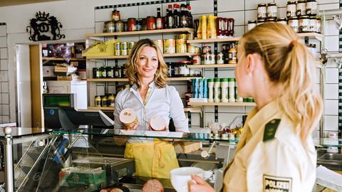 Rebecca Jungblut (Jeanne Goursaud, r.) nimmt sich Barbaras (Monika Gruber, l.) Fall an.