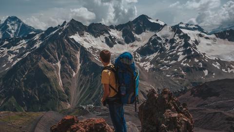 Ein Wanderer auf einem Gipfel des Karwendel