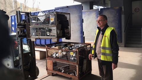 Dieter Lenza, Leiter der Gesellschaft für Wiederverwendung und Recycling (GWR) in Frankfurt, an der Rampe des Recycling-Zentrums, wo der Elektroschrott angeliefert wird.