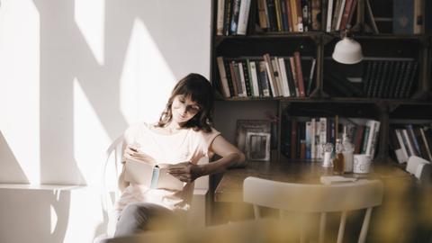 Eine Frau liest ein Buch.