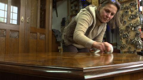 Restaurierung eines Holztisches