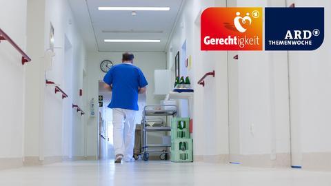 Ein Krankenpfleger läuft den Gang eines Krankenhauses entlang.