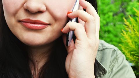 Eine Frau spricht in ihr Telefon