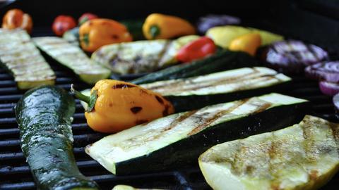 Auberginen, Zucchinis und Paprika auf dem Grill