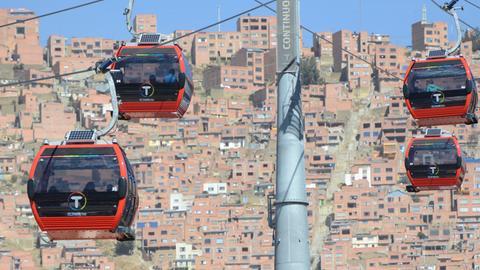 Gondeln der Seilbahn über La Paz in Bolivien.