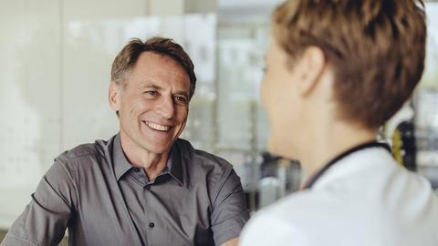 Ein Patient spricht mit einer Ärztin.