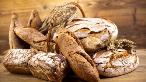 Verschiedene Brotsorten in einem Weidekorb.