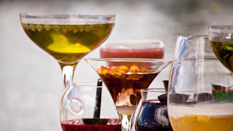 Verschiedene Drinks in verschiedenen Gläsern.