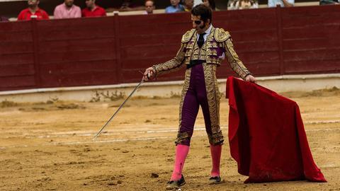 """Ein """"Torero"""" mit rotem Tuch in der Arena."""