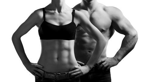 Ein Mann und eine Frau stehen nebeneinander.