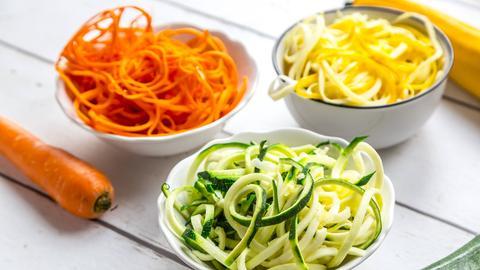 Low Carb Spiralnudeln aus Zucchini und Karotte.