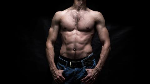 Mann mit nacktem Oberkörper