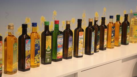 Eine Reihung verschiedener Ölflaschen.