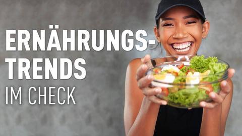 Eine Frau mit einer Salatschüssel