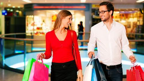 Ein Pärchen beim Shoppen