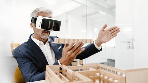 mann trägt eine VR-Brille