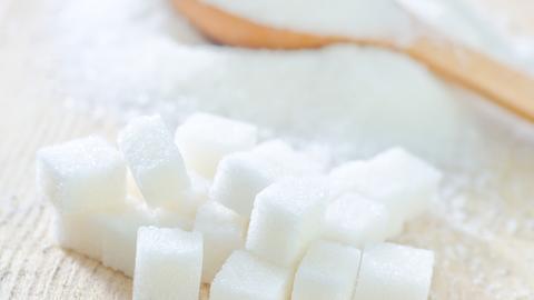 Zucker bereitet so manche Gaumenfreude - hinterlässt bei Dauergenuss aber auch seine Spuren.