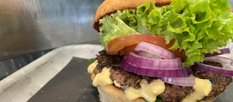 """Ein üppig belegter Teriyaki-Burger von """"Little Beach""""."""