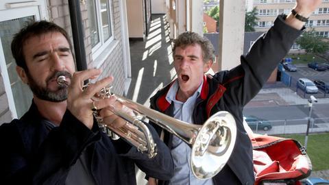 Der Postbote Eric (Steve Evets, re.) und sein imaginärer Freund Eric Cantona (Eric Cantona) schlagen mächtig Krach.