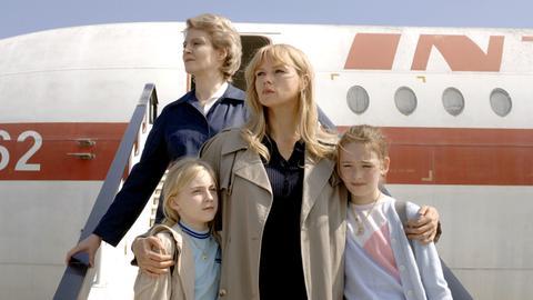 Sabine (Elisa Schlott), Sara Bender (Veronica Ferres), Silvia (Maria Ehrich). Sara wird von ihren Kindern getrennt.