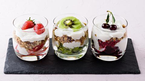 Drei Dessertgläser mit Ricottacreme und jeweils Erdbeeren, Kiwi und Kirschen.