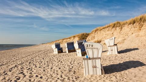 Strandkörbe in den Sanddünen von Sylt.