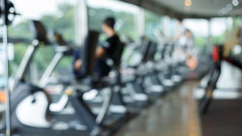 Mehrere Menschen auf den Laubändern eines Fitnessstudios.