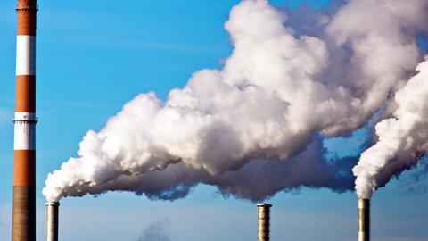 Schornsteine mit Abgaswolken