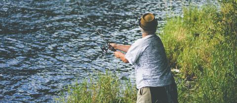 Ein Angler an einem Fluss