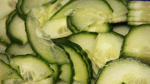 In Scheiben geschnittene und halbierte Salatgurke.