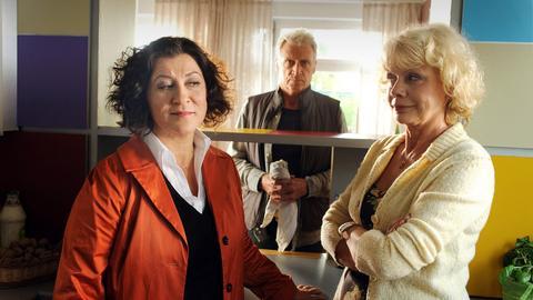 Frido Schulz (Robert Atzorn) schaut auf seine Frau Hanne (Karin Düwel, re.) mit ihrer besten Freundin Rosa Schätzlein (Eva Mattes).