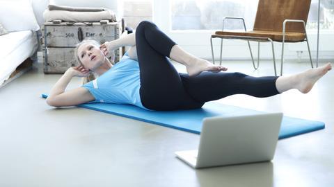 Eine Person macht Übungen auf ihrem Rücken.