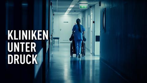 Krankenschwester schiebt Patienten mit dem Rollstuhl durch das Krankenhaus.
