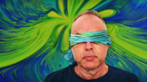 Mann mit verbundenen Augen
