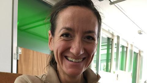 Dr. Christina Geiger vom Zoo Frankfurt kümmert sich um einen kleinen Kiwi