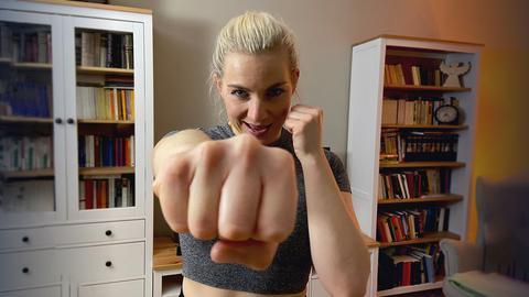 Reporterin Maike Tschorn hebt die Fäuste in die Luft.