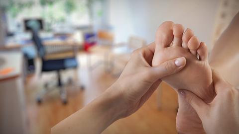 Moderatorin Anne Brüning sucht Tipps für gesunde Füße.
