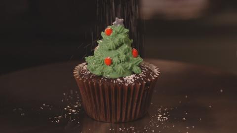 Schokoladen-Cupcake mit Frosting in Form eines Tannenbaumes.