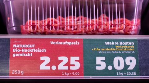 """Ein Preisschild weist neben dem Verkaufspreis auch den """"wahren Preis"""" aus in einem Penny Supermarkt. Egal ob Klimawandel oder Wasserverschmutzung: Viele Umweltschäden, die die Landwirtschaft verursacht, werden bislang bei den Lebensmittelpreisen nicht oder nicht ausreichend berücksichtigt. Täte man es, würden die Preise für Fleisch, Milch und Käse explodieren."""