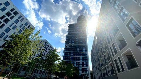 Der neue Henninger Turm gegen das Sonnenlicht fotografiert.