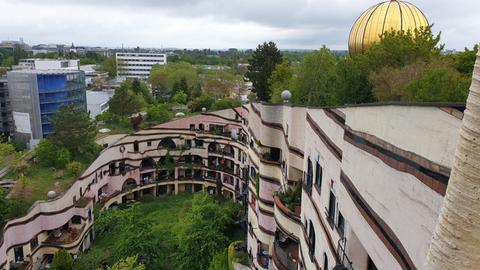 Hausanlage mit grünem Innenhof und begrünter Dachfläche.