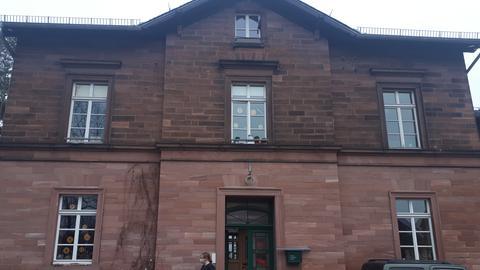 Außenfassade eines 1880 erbauten Bahnhofgebäudes, das zu einem Wohnhaus umgebaut wurde.